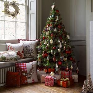 Ozdoby choinkowe oraz inne świąteczne świąteczne bibeloty z oferty Mark&Spencer utrzymane w tradycyjnej konwencji stylistycznej. Fot. Mark&Spencer.