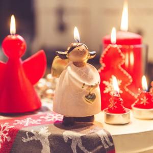 Świeczki aniołki i choinki ze świątecznej kolekcji marki Duka dostępne nie tylko w czerwonym kolorze. Fot. Duka.