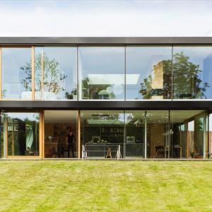 Na zewnętrz dom robi równie piorunujące wrażenie. Nowoczesna bryła z dominującymi na elewacjach przeszkleniami jest nie tylko estetyczna ale i zapewnia nieograniczony dostęp światła do wnętrz. Projekt: i29 interior architects. Fot. i29 interior architects.