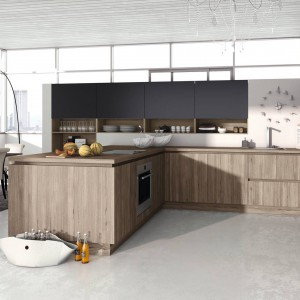 Bardzo elegancka kuchnia, w której wysoką budowę z czarnego MDF-u zestawiono z półwyspem w kolorze kawy z mlekiem i o drewnianym dekorze. Proste bryły mebli są pochwałą nowoczesnej stylistyki, a akcent drewniany nawiązuje do klasycznych wnętrz kuchennych. Fot. Alno, program Alnostar Smartline.