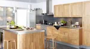 Drewniane, pokryte naturalnym fornirem czy w okleinie drewnopodobnej, z dekorem słojów drewna. Meble kuchenne wykonane z litego drewna lub je imitujące ocieplą aranżację każdej kuchni.