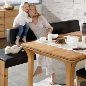 Meble z litego drewna z kolekcji V-Soft marki Voglauer to połączenie elegancji z nowoczesnością. Dzięki wyłożeniu siedzisk krzeseł i ławki czarną skórą zestaw zyskał nowoczesny wygląd. Fot. Voglauer.