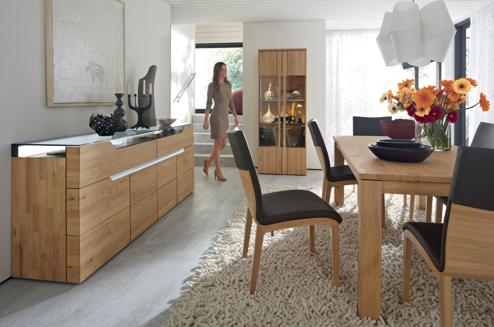 Eleganckie meble jadalniane Carva marki Hülsta, to efektowne połączenie naturalnego drewna i połyskującego szkła. Urzekają uniwersalnym wzornictwem oraz jakością wykonania. Fot. Hülsta.