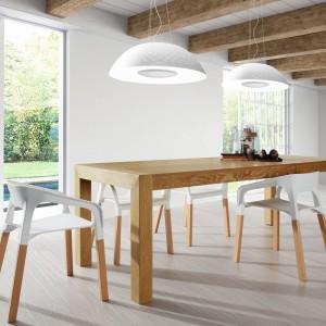 Rozkładany stół drewniany Zentosa pochodzi z najnowszego katalogu La Forma - Comer, dostępnej w Le Pukka. Meble korespondują z kolorem belek sufitowych, podkreślając skandynawski styl wnętrza. Fot. Le Pukka.