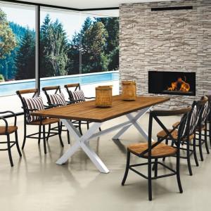 Meble z serii Paris marki Miloo. Drewniany blat stołu wsparto na białych nogach natomiast drewniane siedzisko krzesła umieszczono na kutej, dekoracyjnej konstrukcji. Fot. House&more.