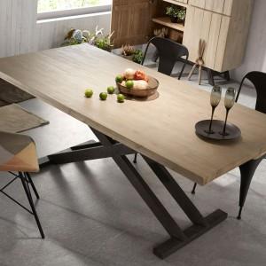 Stół z drewnianym blatem jest najlepszym tłem dla półmisków pełnych potraw. Piękny rysunek słojów sprawia, że nie potrzebny jest już żaden dekoracyjny obrus. Fot. Le Pukka.