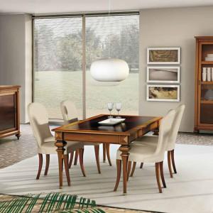 Meble w klasycznym stylu z kolekcji Amarcord marki CP Italian Furniture. Zdobienia wykonane w drewnie nadają wnętrzu wyrafinowany wygląd inspirowany dawnymi, rodzinnymi jadalniami. Fot. CP Italian Furniture.
