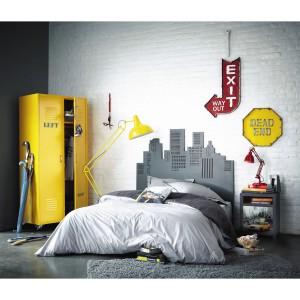 Dekoracje ściany w miejskim klimacie w łatwy sposób mogą ożywić każde wnętrze. Kolorowe naklejki na ścianę stanowią szybki i nie wymagający wielkich nakładów finansowych pomysł na dekorację. Fot. Maison du monde.