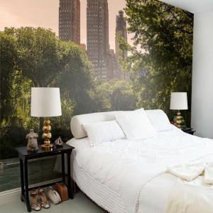 Zielony park i wieżowce umieszczone na całej ścianie za łóżkiem dominują we wnętrzu. Fot.Mr Perswall.