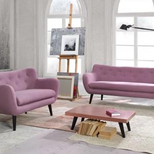 George to kolekcja wyróżniająca się połączeniem wzornictwa ubiegłego stulecia z nowoczesną definicją komfortu. Fotele i sofy posiadają miękkie, zaokrąglone bryły, uzupełnione o wysokie podłokietniki i smukłe, drewniane nogi. Fot. Bydgoskie Meble.