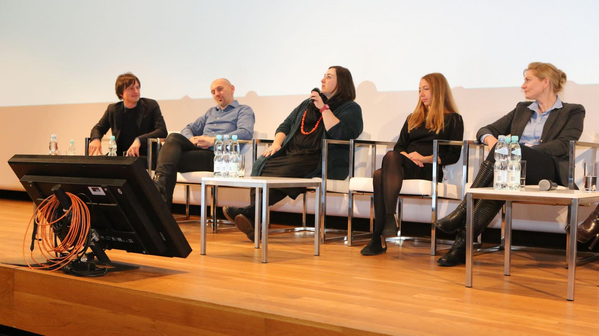"""Jak technologia wpływa na proces projektowania i w jaką rolę odgrywa w naszym codziennym życiu - to główne tematy dyskusji. """"Technologia zanika"""" - mówiła m.in. Zuzanna Skalska."""