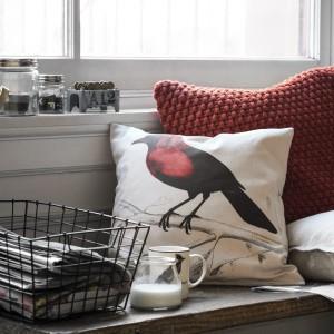 Dekoracyjne poduszki w ciemnym, bordowym kolorze dopełnią aranżację każdego wnętrza. Fot. H&M Home.