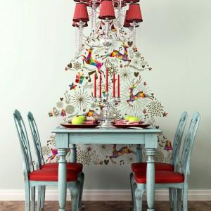 Mało kiedy przy stole w jadalni jest miejsce na świąteczne drzewko. Zamiast prawdziwej rośliny można więc nakleić na ścianie tapetę z wizerunkiem pięknej choinki. Fot. Minka.