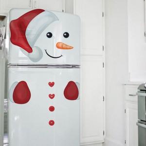A może na czas świąt ubrać odświętnie nie tylko siebie, ale i lodówkę? Naklejki: czerwona czapka i rękawiczki, wzbogacone o elementy twarzy bałwanka zamienią sprzęt AGD w śnieżnego stworka. Fot. Redro.