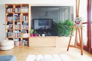 Założeniem projektu  jest stworzenie spójności i prostoty. Wszystkie ściany w mieszkaniu zostały pomalowane na kolor biały.  Fot. ofdesign Oskar Firek, projekt wnętrz, PLYWOOD WARSAW, salon.