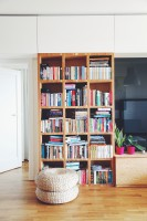 Dla ocieplenia całości użyto podłogi z drewna dębowego, oraz elementów ze sklejki do stworzenia elementów mebli. Fot. ofdesign Oskar Firek, projekt wnętrz, PLYWOOD WARSAW, salon.