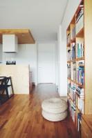 Dla ocieplenia całości użyto podłogi z drewna dębowego, oraz elementów ze sklejki do stworzenia elementów mebli, ścianki dzielącej kuchnie od salonu oraz sufitu podwieszanego. Fot. ofdesign Oskar Firek, projekt wnętrz, PLYWOOD WARSAW, hall.