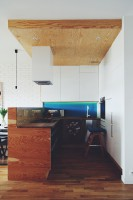 Dla ocieplenia całości użyto podłogi z drewna dębowego, oraz elementów ze sklejki do stworzenia elementów mebli, ścianki dzielącej kuchnie od salonu oraz sufitu podwieszanego. Fot. ofdesign Oskar Firek, projekt wnętrz, PLYWOOD WARSAW, kuchnia.