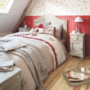 Delikatne, bordowe wzory na tkaninach dodają sypialni uroku. Ciekawie prezentuje się ściana za łóżkiem - połączenie intensywnej barwy z delikatną, wzorzystą tapetą. Fot. Maison du Monde.