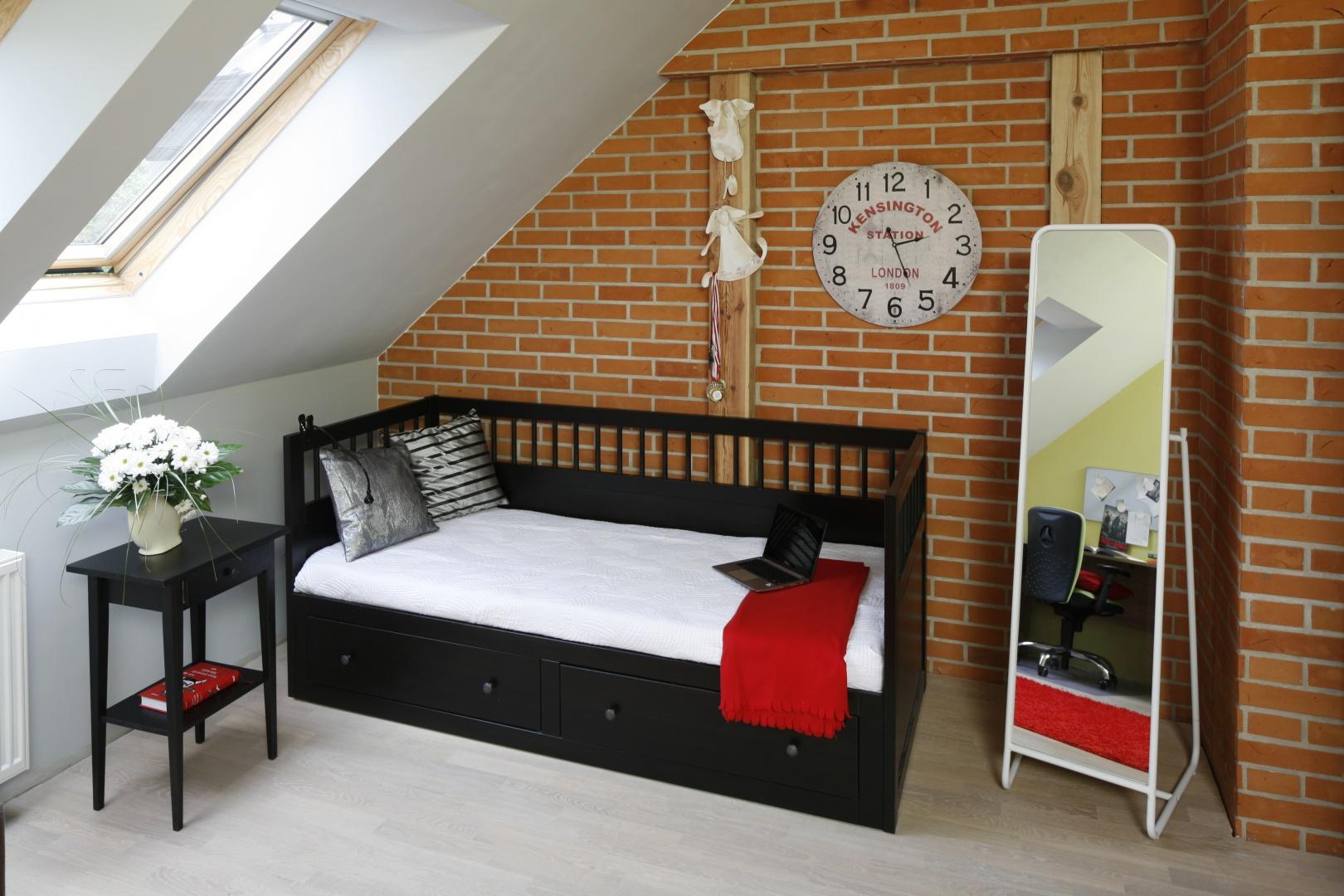 Eleganckie łóżko zawiera praktyczną szufladę, w której w ciągu dnia schowana jest pościel dziecka. Fot. Bartosz Jarosz.