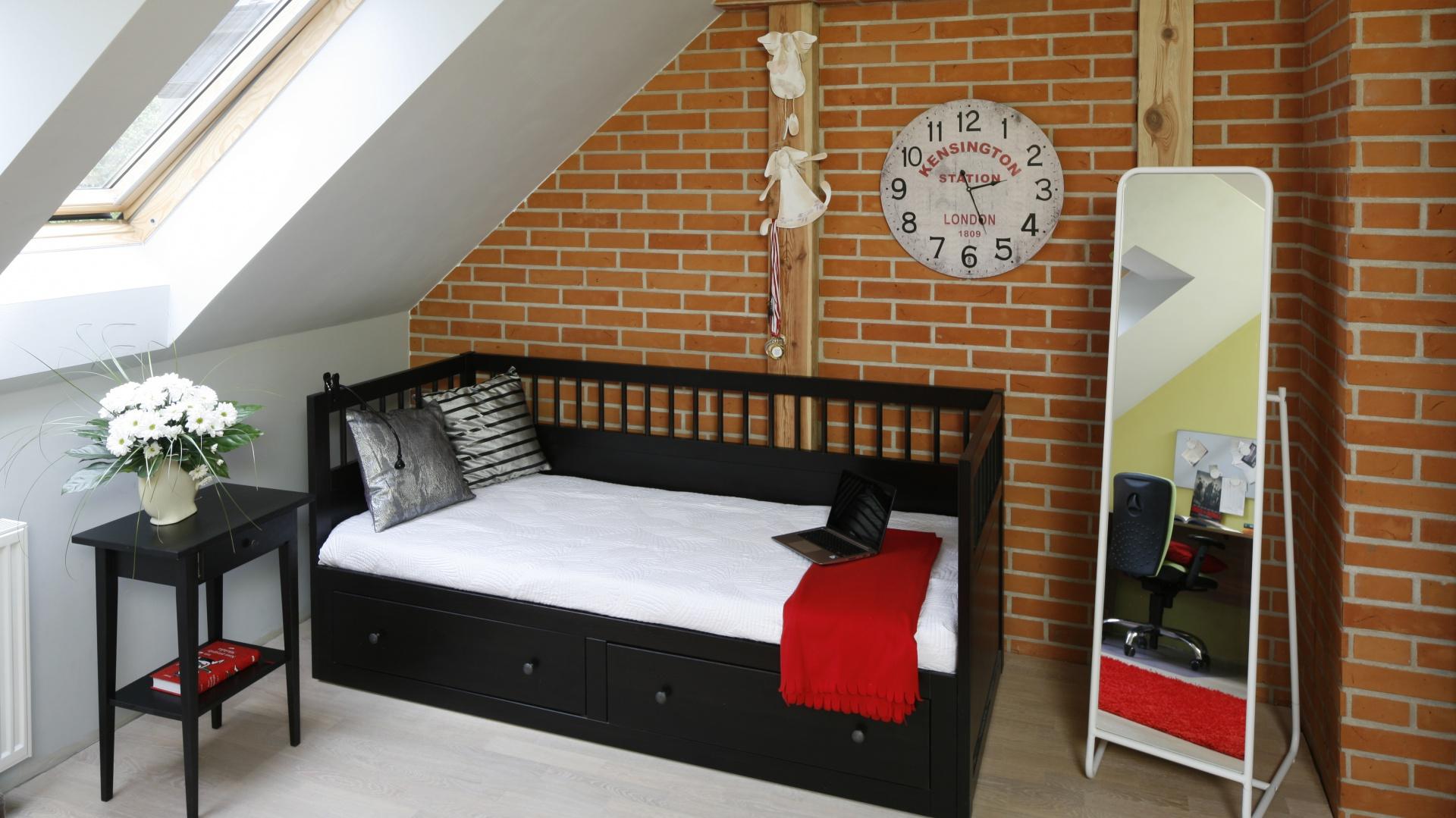 Eleganckie łóżko zawiera...  Mały pokój dziecka na poddaszu. Tak można go urządzić  Strona: 2