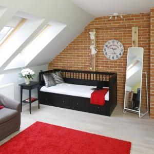 Czerwony, miękki dywan chroni przed zimnem bijącym od podłogi oraz efektownie ożywia niewielkie pomieszczenie. Fot. Bartosz Jarosz.