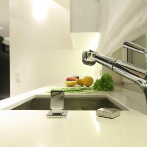 Kuchnia jest na wskroś nowoczesna - łącznie z jednokomorowym, podwieszanym zlewozmywakiem, który wpisuje się w oszczędną, minimalistyczną stylistykę pomieszczenia. Projekt: Dominik Respondek. Fot. Bartosz Jarosz.
