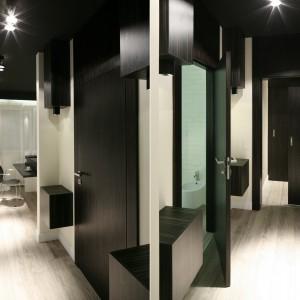 Zwykłą sypialnię i mało funkcjonalną łazienkę bez toalety oraz zwykły korytarz, przemieniono w dużą garderobę, łazienkę dla małżonków i sypialnię. Strefę tą zaznaczono efektowny i eleganckim czarnym sufitem. Projekt: Dominik Respondek. Fot. Bartosz Jarosz.
