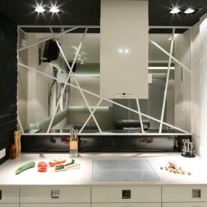 Kuchnię i salon oddziela i zarazem dyskretnie spaja efektowne, stalowe przepierzenie. Projekt: Dominik Respondek. Fot. Bartosz Jarosz.