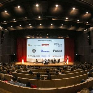 Panel dyskusyjny na temat trendów we wzornictwie skupił wielu słuchaczy. Audytorium było zapełnione. Fot. Bartosz Jarosz.
