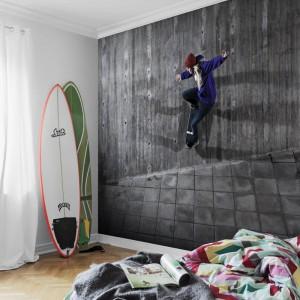 Fototapeta dedykowana fanom jazdy na desce. Umieszczona na całej ścianie może stać się ciekawą dekoracją każdego wnętrza. Fot. Mr Perswall.