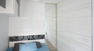 Sypialnia mimo małego metrażu została urządzona bardzo funkcjonalnie. Znajdziemy tutaj miejsce do pracy, wygodne łóżko oraz sporo miejsca na przechowywanie.