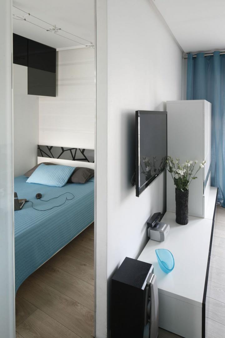 Sypialnia sąsiaduje z salonem. Przesuwne drzwi wykonane z mlecznego szkła oddzielają oba pomieszczenia. Fot. Bartosz Jarosz.