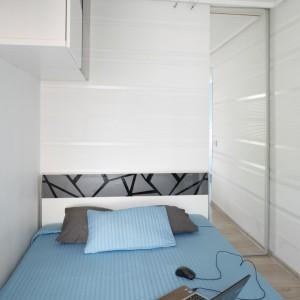 Zamknięte szafki umieszczone na ścianie tworzą dodatkowe miejsce na przechowywanie. Fot. Bartosz Jarosz.