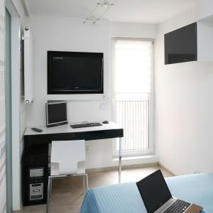 W sypialni wygospodarowano wygodne miejsce do pracy. Fot. Bartosz Jarosz.