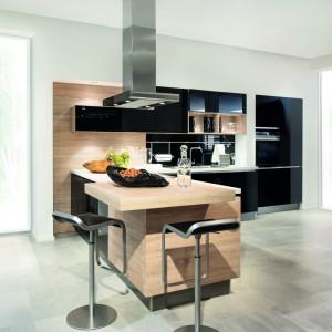 Neutralna kolorystyka tworzy doskonałe tło dla dodatków z różnych rodzajów drewna (dąb i orzech), współgra z akcentami stali czy kamienia. Wszystkie materiały: drewno, lakier, szkło i laminat są harmonijnie skoordynowane. Fot. Max Kuchnie.