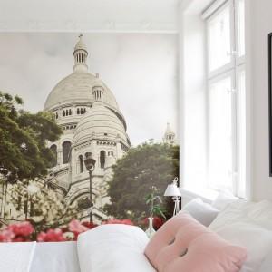 Widok na paryską bazylikę Sacre Coeur zamieni naszą sypialnię w romantyczne, nastrojowe wnętrze. Fot. Mr Perswall.