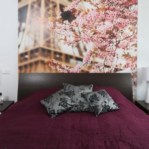 Fototapeta z widokiem na wieżę Eiffla w towarzystwie kwitnących drzew wprowadza do sypialni nastrojowy klimat. Projekt: Anna Maria Sokołowska. Fot. Bartosz Jarosz.