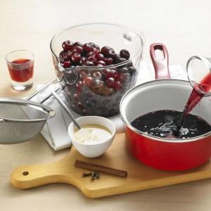 Inne składniki potrawy to m.in. wiśnie nadwiślanki ze znakiem ChNP i miód drahimski ze znakiem ChOG. Fot. ARR.
