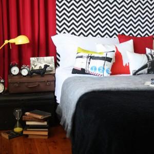 Dynamiczne zestawienie barw oraz poduszki z nadrukiem w miejskim stylu tworzą ciekawe, kontrastowe wnętrze. Fot. Eco Chic.