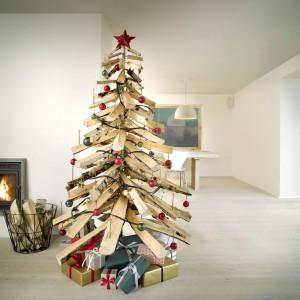 Choinkę można wykonać np. ze szczap brzozowego drewna. Jest ekologiczna i bardzo oryginalna, a gdy skończy się okres Bożego Narodzenia można napalić nią w kominku ogrzewając nasz dom. Fot. Bosh.