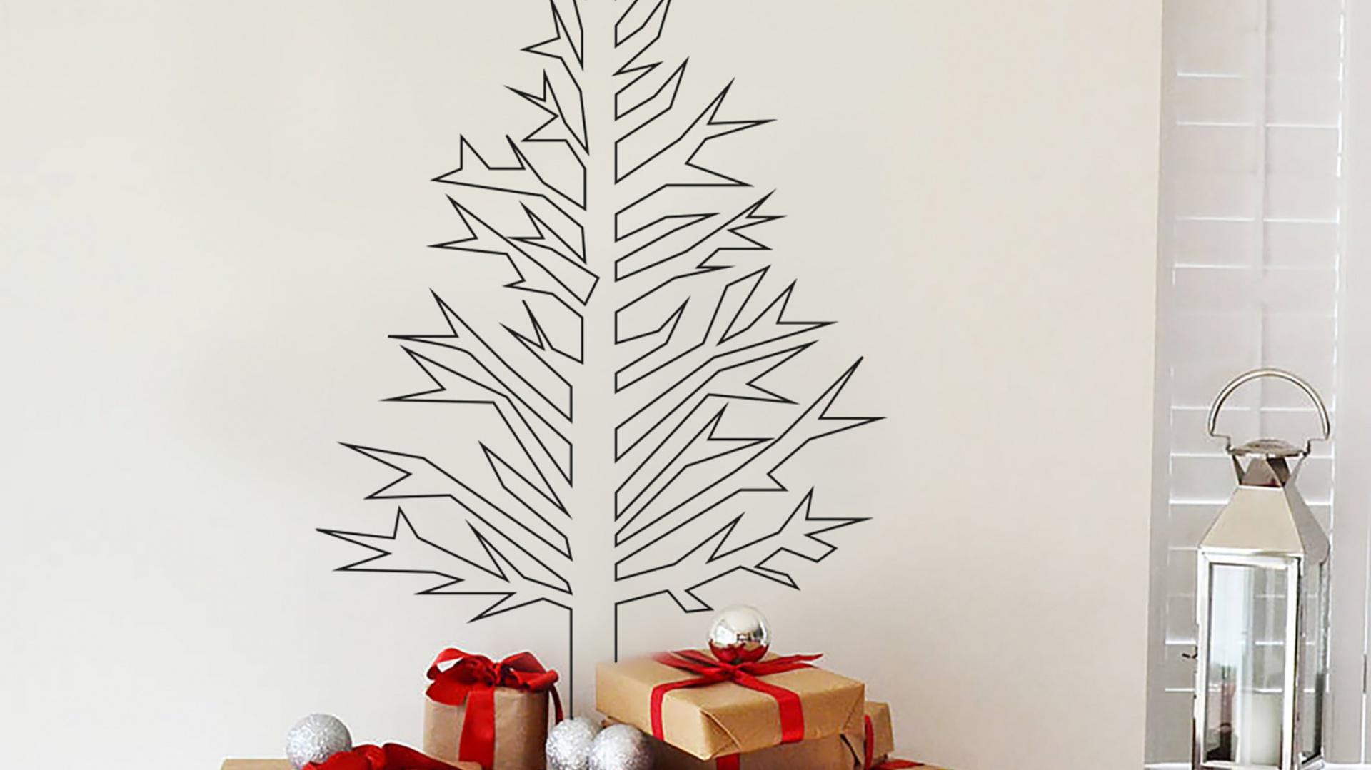 To, że nie mamy w domu miejsca na choinkę nie oznacza, ze musimy z niej rezygnować. Świąteczne drzewko możemy stworzyć z naklejek naściennych. Fot. Vinyl Impression.