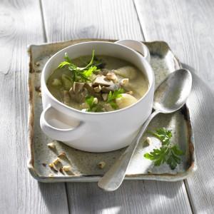 Zupa na winie z borowikami i z wielkopolskim serem smażonym. Fot. ARR.