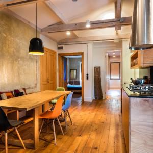 Sufit został całkowicie odrestaurowany. Odsłonięto przy tym belki stropowe, nadając wnętrzu swojski, domowy charakter. Projekt: Atelye70. Fot. Emrah Aydemir.