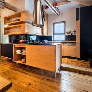 W mieszkaniu zachowano oryginalną, drewnianą podłogę. Pięknie harmonizuje ona z wykonanymi przez lokalnych rzemieślników meblami. Projekt: Atelye70. Fot. Emrah Aydemir.