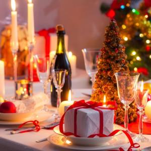"""Przytulnego nastroju aranżacji świątecznego stołu dodadzą licznie rozstawione na stole świeczki. Tradycyjną pojedynczą świeczkę warto zastąpić liczniejszymi """"ognistymi"""" akcentami. Fot. Shutterstock."""