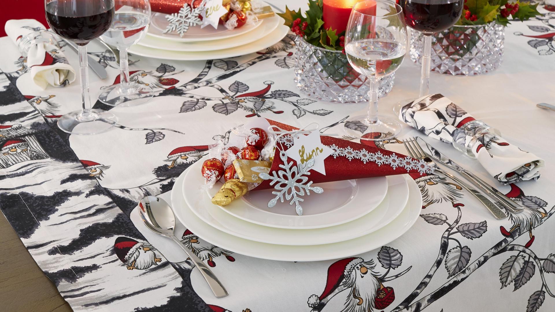Obrus w skrzaty, ubrane w świąteczne czapeczki to sympatyczny akcent, na którym pięknie komponuje się klasyczna porcelana. Fot. Villeroy&Boch.