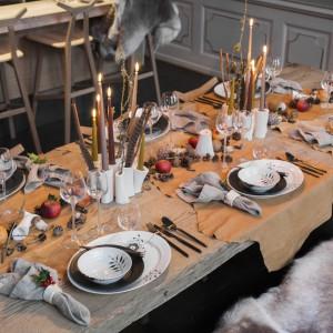 Przytulności aranżacji stołowej dodadzą także motywy... zwierzęce. Futerkowe narzuty na siedzenia i podkładki pod talerze w skórzanym motywie to efektowny, awangardowy pomysł na świąteczny stół. Fot. Royal Copenhagen. Projekt aranżacji: Thomas Rode.