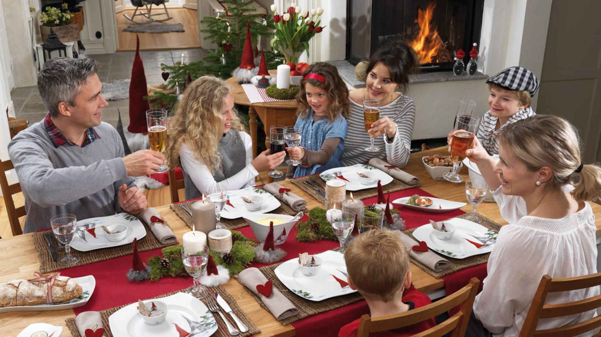 Atmosferę przy świątecznym stole tworzy zarówno rodzinne grono, jak i odpowiednie dekoracje. Czerwone obrusy bieżniki, piękna porcelana z ręcznie malowanym motywem krasnali oraz sympatyczne, brodate krasnale przy każdym talerzu - tak właśnie można stworzyć przytulny, domowy klimat na Święta. Do tego z humorem! Fot. Fyrkloevern.