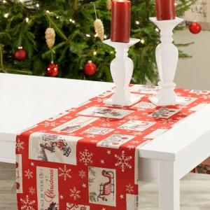 Czerwony obrus bieżnik ze świątecznym motywem to propozycja dla osób lubiących wesołe aranżacje stołu. Ciepłe kolory, świąteczne obrazki i okalające je zimowe śnieżynki będą miłych i prawdziwie świątecznym akcentem na bożonarodzeniowym stole. Fot. Dekoria.